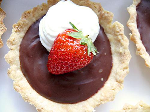 Тарталети с шоколад и ягоди