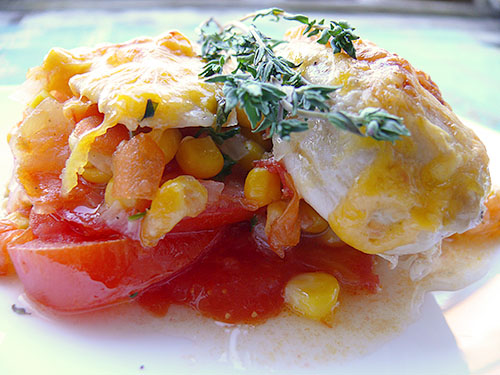 Запечени пилешки филенца с царевица и домати