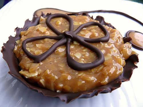 Шоколадови вкусотийки с фин карамелов крем и бадеми