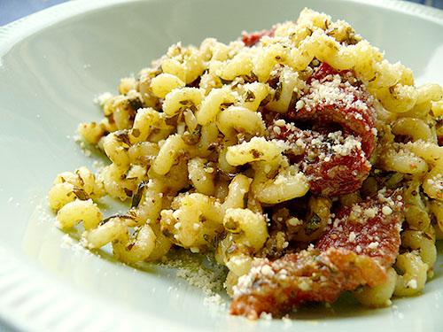 Фусили с песто и сушени домати
