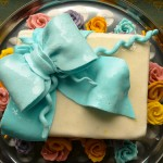 Шоколадова торта с панделка от фондан