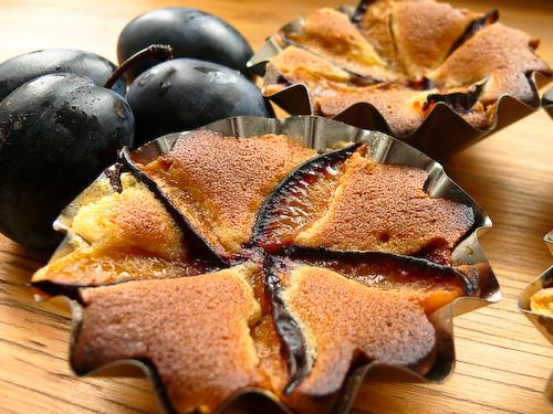 Царевичен кейк с мед и сини сливи