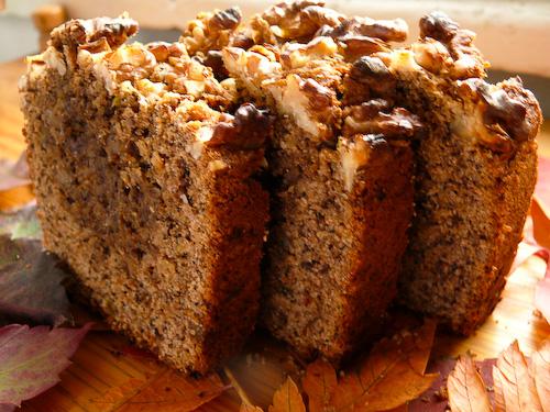Орехов кейк с тиквички, мак и джинжифил