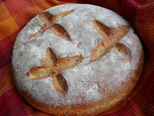 Хляб с Ементал, кедрови ядки и мащерка