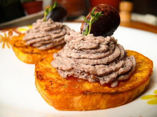 Печени сладки картофи с пикантен пастет от черен боб