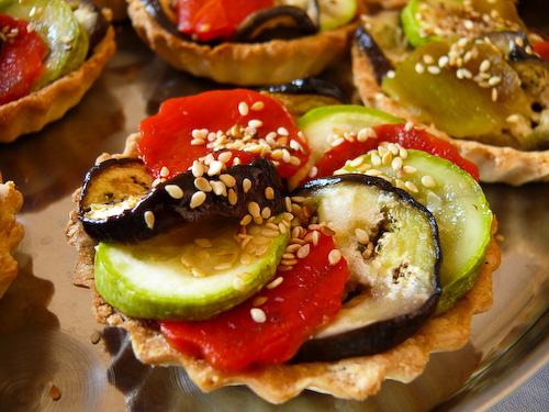 Сусамови тарталети със зеленчуци и розмарин