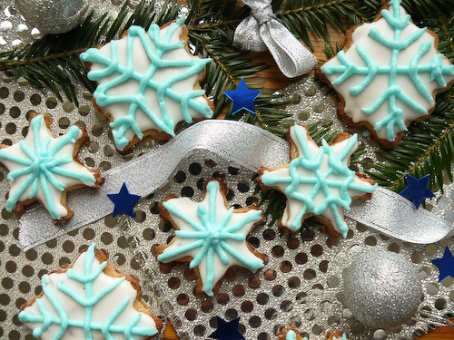 Коледни снежинки с цветна глазура.