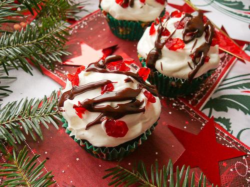 Шоколадови кексчета със захаросани череши
