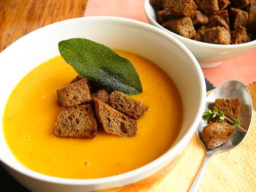 Морковена крем супа със салвия и ароматни крутони