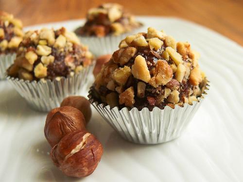 Шоколадови бонбони с овесени ядки, фъстъчено масло и лешници