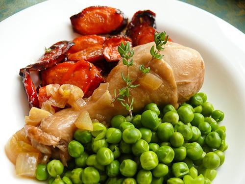Пилешки бутчета с грах и карамелизирани моркови
