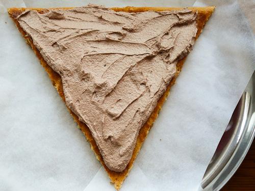 Триъгълния блат се намазва с част от шоколадовият крем
