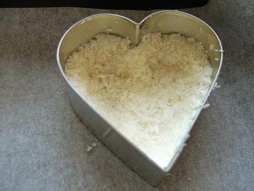 Оформяне на сърце от кокосово тесто с форма за сладки