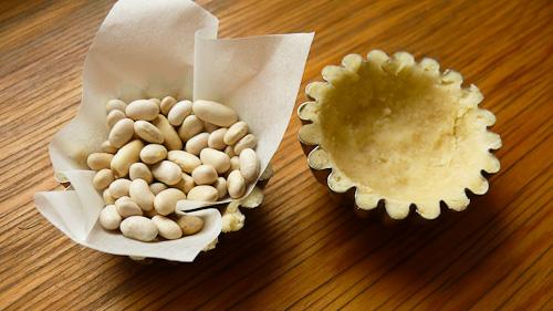 Тестото се покрива с бобени зърна
