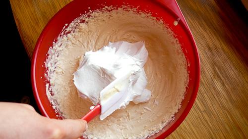 Към крема с маскарпоне и Забайон се добавя разбита сметана