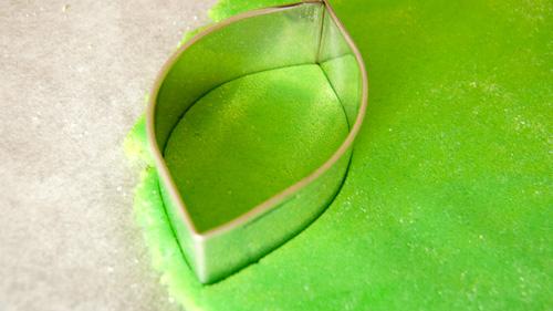 Изрязва се листо от фондан