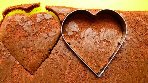 Изрязват се сърца с форма за сладки