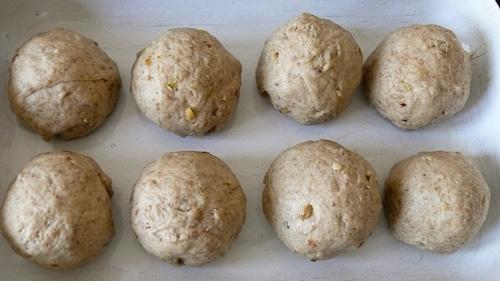 Оформените хлебчета се оставят да втасат