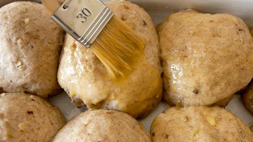 Хлебчетата се намазват с жълтък