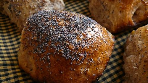 Ръжени хлебчета с лук, орехи и макови семена