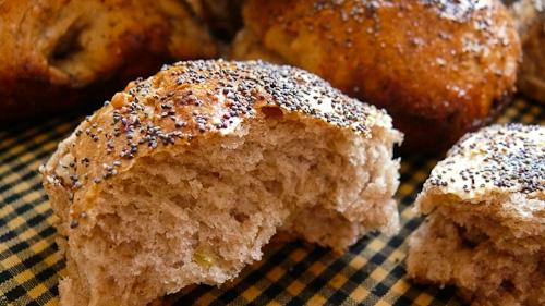 Хлебчета с лук, орехи и макови семена