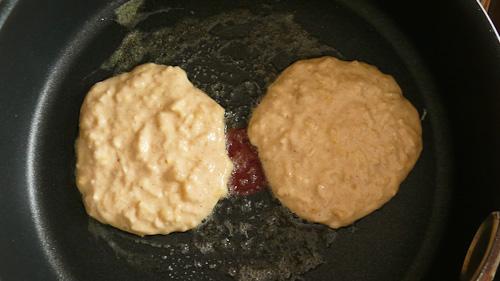 От сместа се правят малки, кръгли палачинки