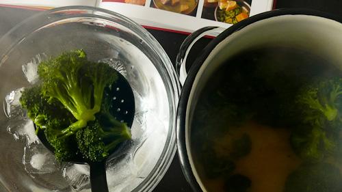 Бланшираните броколи се охлаждат в ледена вода
