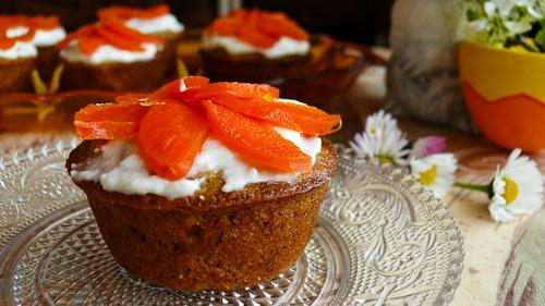 Великденски мъфини с цветя от захаросани моркови