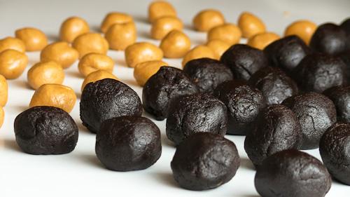 Двата вида тесто, разделени на 32 топки
