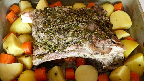 Агнешко с ароматна коричка запечено с картофи и моркови