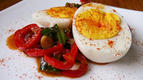 Варени яйца с пресен лук, червени чушки и джинджифил