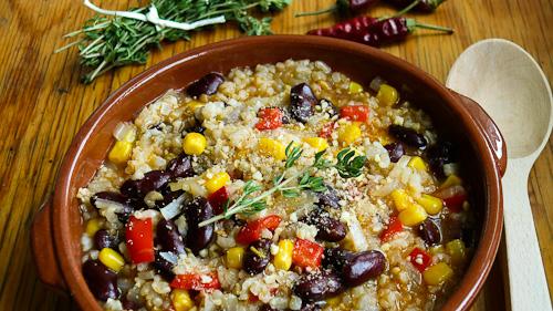Пикантен кафяв ориз с червен боб и царевица