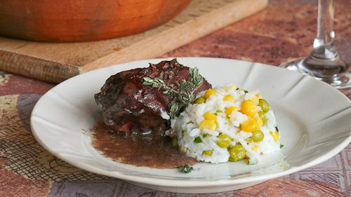 Задушено заешко месо със сос от червено вино