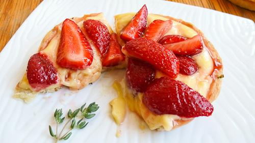 Тарталети с ванилов крем, пресни ягоди и мащерка