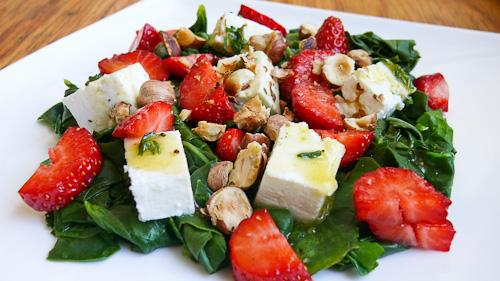 Салата с ягоди, спанак и сирене