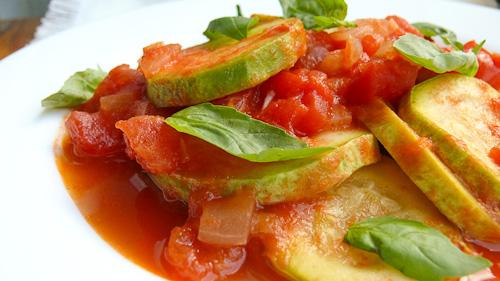 Задушени тиквички в доматен сос