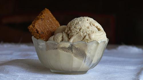 Бананов сладолед с мед и канелени бисквити