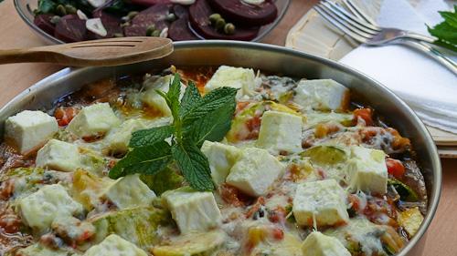 Запечени тиквички с доматен сос и сирене фета