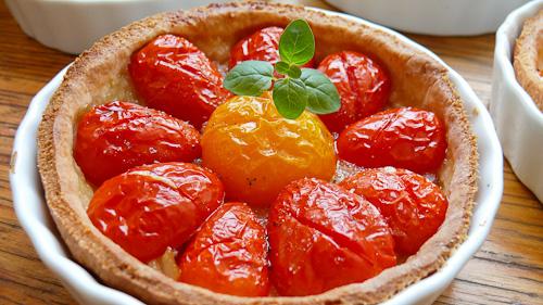 Пармезанови тарталети с карамелизиран лук и чери домати