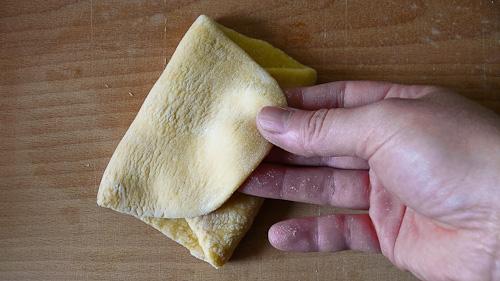 Разточеното тесто се сгъва като плик