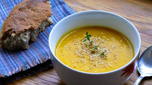 Крем супа от моркови, круши и сусам