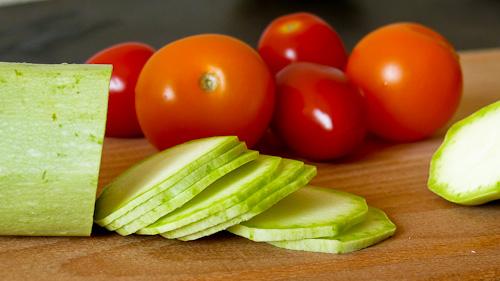 Тиквички и чери домати