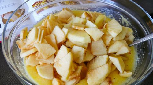 Ябълките се нарязват на тънки парченца