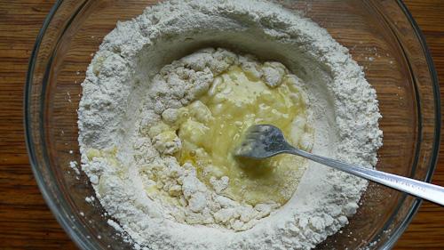 Яйцата се смесват с брашното