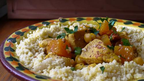 Марокански кускус с пиле, тиква и бадеми