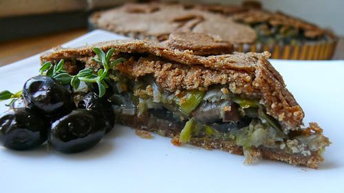 Пай от пълнозърнесто тесто с праз, кралски печурки и мащерка