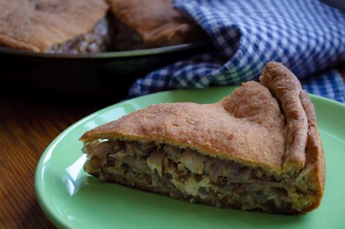 Рибник с лук, орехи и кълнове от жито