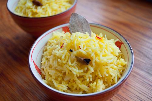 Шафранов ориз с кардамом и дафинов лист