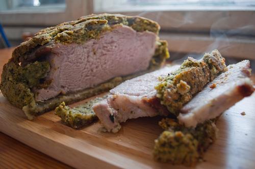 Свинско месо в билкова коричка