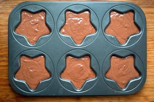 Шоколадовата смес се изсипва във формите